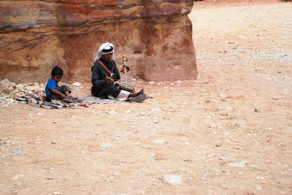 Petra, beduino che suona